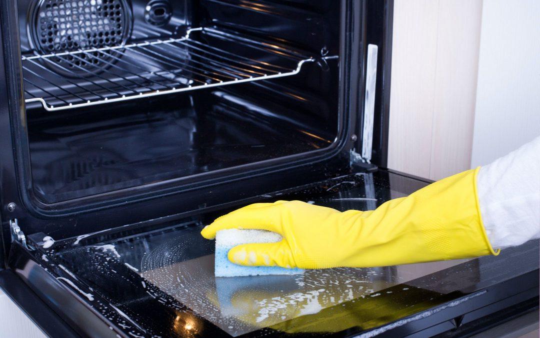 limpiar un horno empleada de hogar